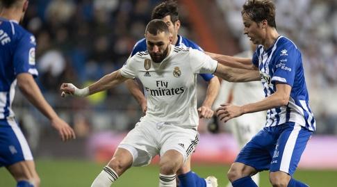 קארים בנזמה מנסה לשמור על הכדור (La Liga)