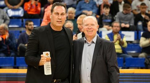 גיא גודס מקבל את פרס מאמן החודש (איציק בלניצקי)