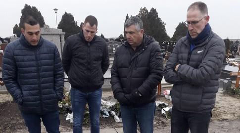 נציגי מכבי תל אביב מכבדים בהלוויה (צילום פרטי)