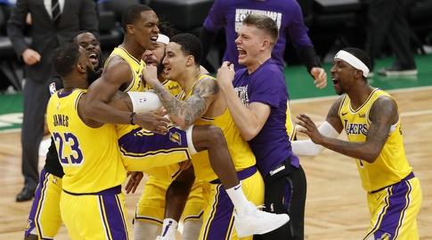 שחקני הלייקרס חוגגים את סל הניצחון של רונדו (רויטרס)