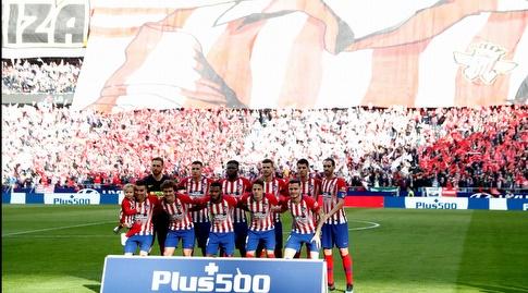 שחקני אתלטיקו מדריד לפני המשחק על רקע התפאורה (רויטרס)