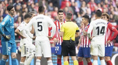 השופט מסביר לאלברו מוראטה שהשער נפסל (La Liga)
