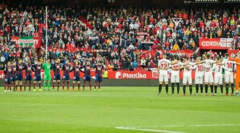 שחקני סביליה ואייבר לזכרו של סאלה בפתיחה (La Liga)