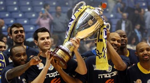 פניני עם הגביע ב-2014 (יניב גונן)