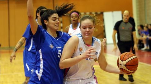 ליאור גרזון עם הכדור מול מרים חנון (אודי ציטיאט, באדיבות מנהלת ליגת העל לנשים בכדורסל)