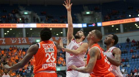 תומר גינת מנסה להגיע לכדור (אורן בן חקון)