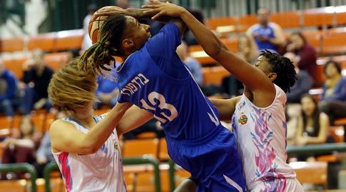 קריסטל ברדפורד עם הכדור (אודי ציטיאט, באדיבות מנהלת ליגת העל לנשים בכדורסל)