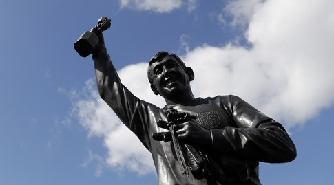 הפסל לכבודו של בנקס מחוץ לאצטדיון של סטוק (רויטרס)