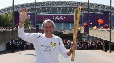גורדון בנקס עם הלפיד האולימפי בוומבלי (רויטרס)