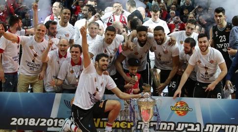 ליאור אליהו ושחקני הפועל ירושלים עם גביע המדינה (אורן בן חקון)