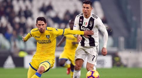 כריסטיאנו רונאלדו ואדוארו גולדאניגה נלחמים על הכדור (רויטרס)
