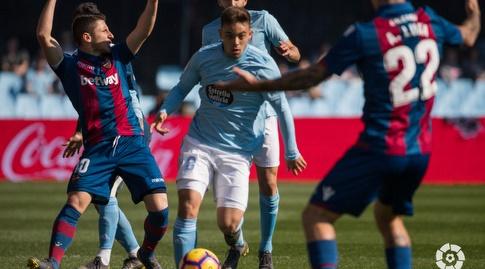 פראן בלטרן מוקף בשחקני לבאנטה (La Liga)