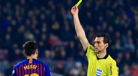 השופט שולף לליאו מסי כרטיס צהוב (La Liga)