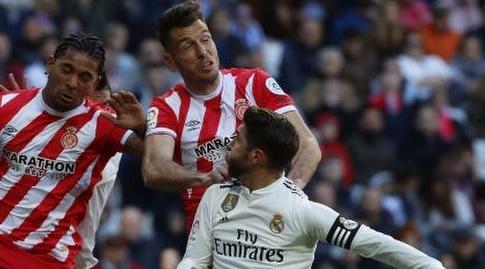 סרחיו ראמוס ופדרו אלקלה במאבק על הכדור (La Liga)