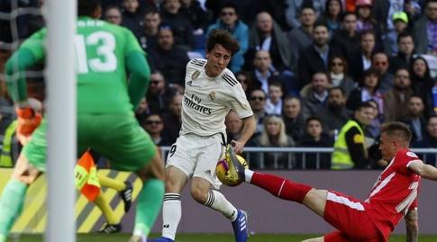 אלברו אודריוסולה מנסה לעבור (La Liga)