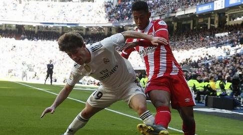אלברו אודריוסולה מנסה לשמור על הכדור (La Liga)