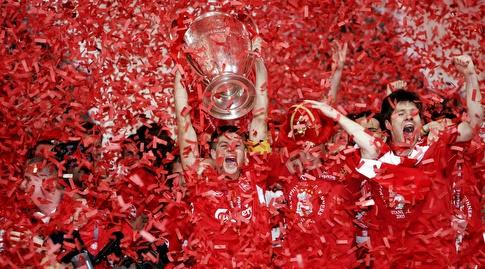 סטיבן ג'רארד מניף את הגביע ב-2005 (רויטרס)