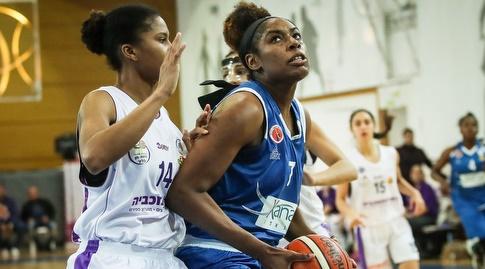 קאדיג'ה קייב עם הכדור (באדיבות מנהלת ליגת העל לנשים בכדורסל)