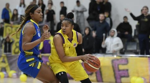 אלכסנדרה בנטלי עם הכדור (באדיבות מנהלת ליגת העל לנשים בכדורסל)