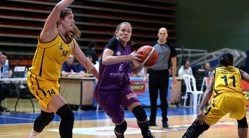 נעמה שפיר עם הכדור (באדיבות מנהלת ליגת העל לנשים בכדורסל)