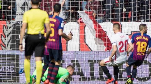 מארק-אנדרה טר שטגן משתלט על הכדור של קווינסי פרומס (La Liga)