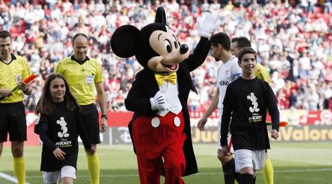 מיקי מאוס לפני המשחק. לא הצליח לגנוב למסי את ההצגה (La Liga)
