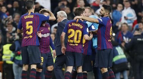 שחקני ברצלונה חוגגים בסיום (La Liga)