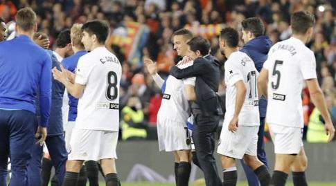 שחקני ולנסיה חוגגים בסיום (La Liga)