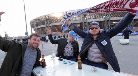 אוהדי נאפולי מחוץ לאצטדיון (רויטרס)