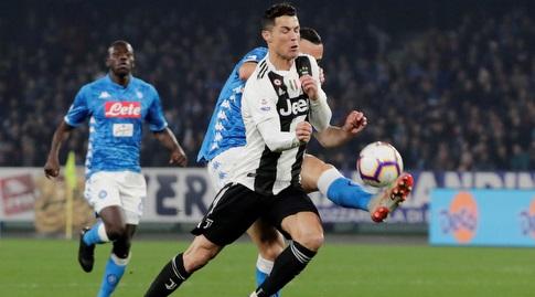 כריסטיאנו רונאלדו מנסה לשמור על הכדור (רויטרס)