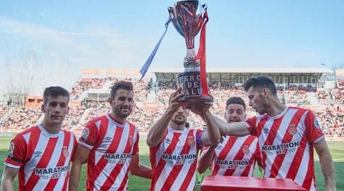 שחקני ג'ירונה מציגים את גביע קטאלוניה (La Liga)