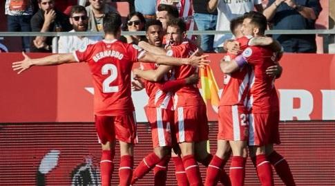 שחקני ג'ירונה חוגגים עם רמאליו (La Liga)
