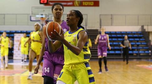 צ'לסי הופקינס עם הכדור (לירון מולדובן, באדיבות מנהלת ליגת העל לנשים בכדורסל)