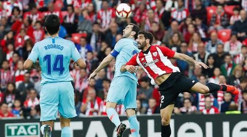 ראול גארסיה ודייגו גודין נלחמים על הכדור (La Liga)
