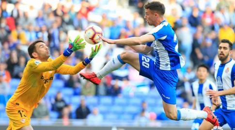 חואן סוריאנו מגיע לכדור לפני חאבי פואדו (La Liga)