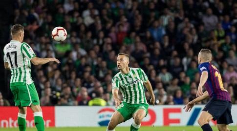 חואקין נוגח אל כיוונו של סרחיו קנאלס (La Liga)