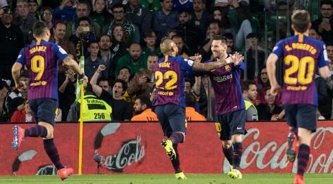ליאו מסי חוגג עם ארתורו וידאל (La Liga)