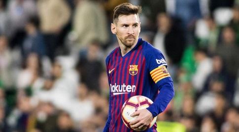 ליאו מסי עם כדור המשחק בסיום (La Liga)