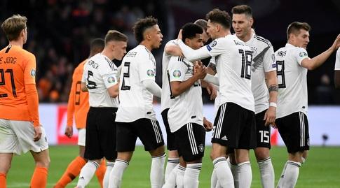 נבחרת גרמניה חוגגת על הולנד (רויטרס)