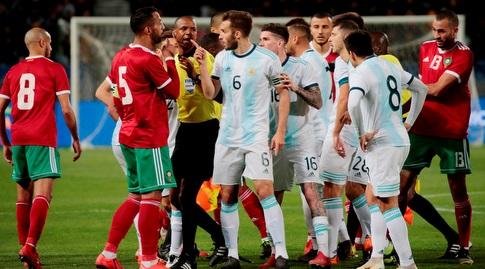שחקני ארגנטינה ומרוקו במאבק (רויטרס)