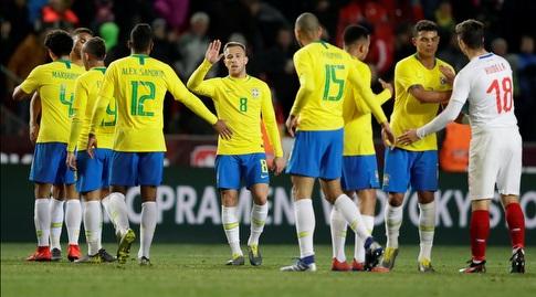 שחקני ברזיל חוגגים בסיום (רויטרס)