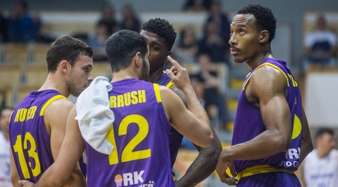 שחקני חולון בהלם על הפרקט בהונגריה (FIBA) (מערכת ONE)