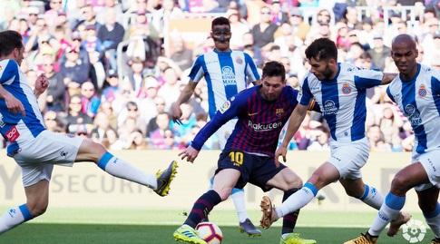 ליאו מסי מוקף בשחקני אספניול (La Liga)