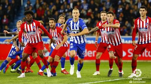 שחקני אתלטיקו מדריד ואלאבס מחכים לכדור גובה (La Liga)