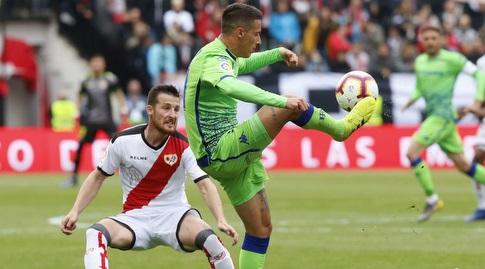 כריסטיאן טייו מנסה להשתלט על הכדור (La Liga)