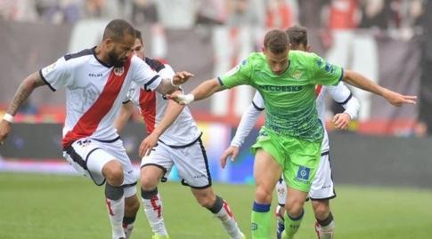 סרחיו קנאלס מנסה לשמור על הכדור (La Liga)