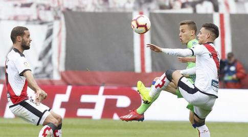 סרחיו קנאלס נלחם על הכדור (La Liga)