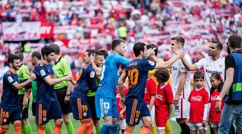 שחקני סביליה ו-ולנסיה לפני המשחק (La Liga)