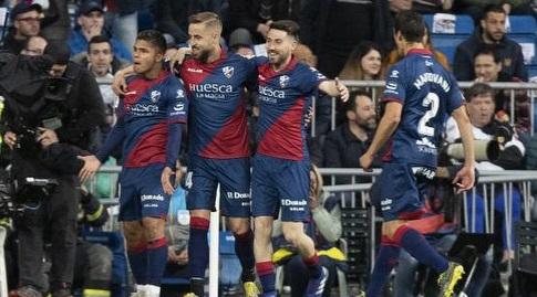 שחקני ווסקה חוגגים עם קוצ'ו הרננדס (La Liga)