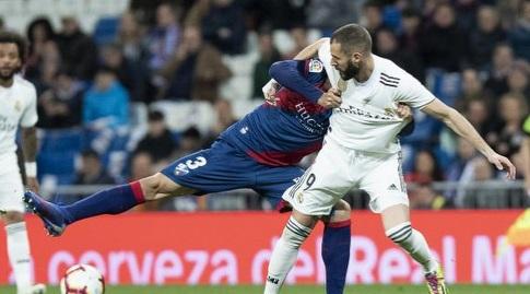 צ'אבייר אצ'ייטה נאבק עם קארים בנזמה (La Liga)